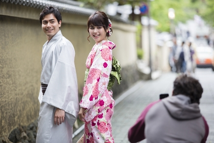 着物カップルを撮る外国人観光客