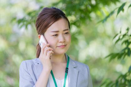 電話するビジネスウーマン(トラブル・苦情)