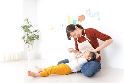 体調不良の子供と保育士