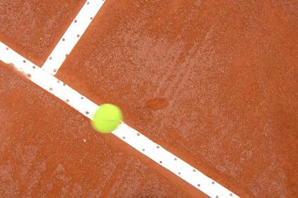 テニスボールとテニスコート