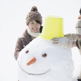 雪だるまを作る女性