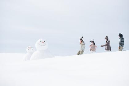 雪原を歩く大学生
