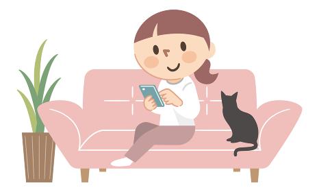 ソファーでスマホを操作する女性