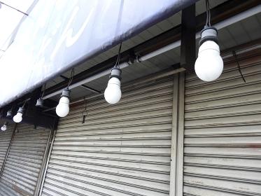 店先の裸電球