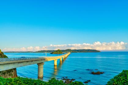 爽やかな夏の朝の角島大橋の眺め