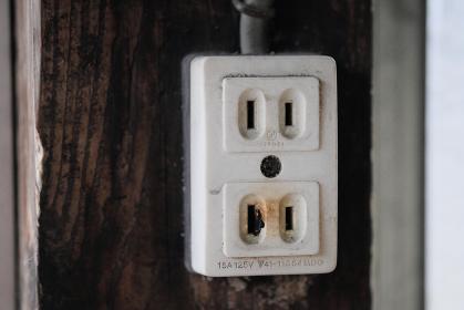 過負荷で焦げた電源コンセント
