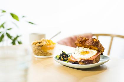 朝食・目玉焼きの食パン