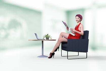 会社の休憩スペースで雑誌を読みアイディアを練るショートヘアで笑顔の女性ファッション編集員