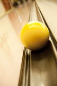 ガターレーンに落ちるボウリング球