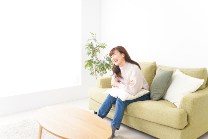 自宅でリラックスをする若い女性