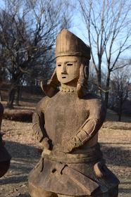 青空の下で、古代に思いを馳せるクールな埴輪