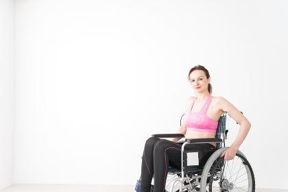 スポーツウェアを着て車椅子に乗る外国人の女性