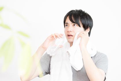 スポーツドリンクを飲む男性(水分補給・汗・エクササイズ・運動)