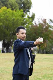 野球ボールを構えるビジネスマン