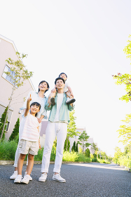 肩車をする日本人家族