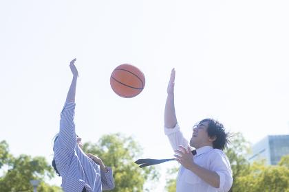 バスケをする男女