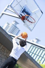 バスケをする女性
