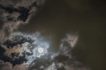 月明りと暗雲
