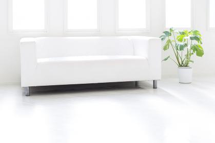 明るいリビング 白いソファ