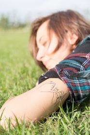 腕にタトゥーを入れた女性