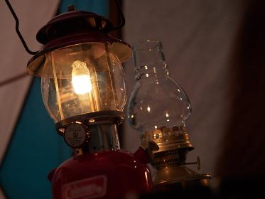 キャンプで灯す古いランプ