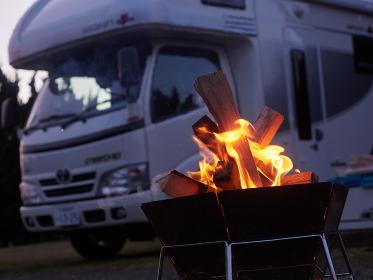 キャンピングカーと焚き火