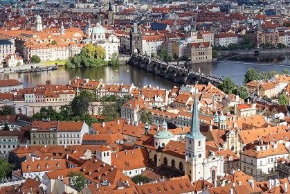 チェコ プラハ城からカレル橋とブルタバ川の景色を見る