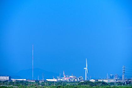 青空と緑と風力発電
