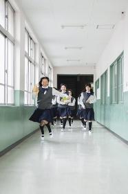廊下を走る生徒達