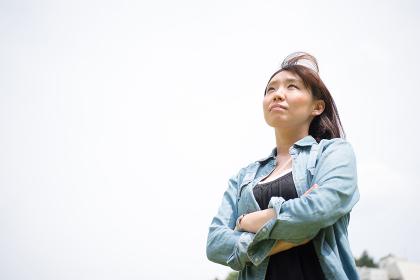 遠くを見上げる女性