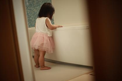 浴槽を覗き込む女の子