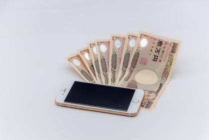 一万円札と携帯電話