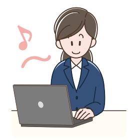 ノートパソコンで仕事をするスーツの女性