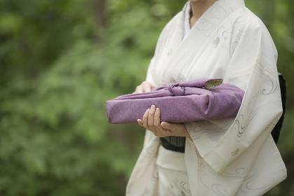 夏のご挨拶 風呂敷包みを持つ着物の女性