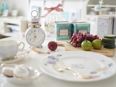 目覚まし時計と朝食イメージ