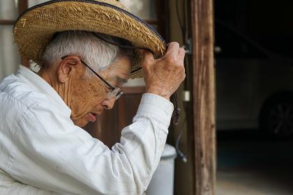 ガーデニングをする高齢男性