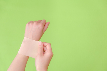 湿布を貼る手 しっぷ 貼る 治療 ボディケア