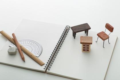 DIYの計画をノートと図面に表した家具とか家のミニチュア模型