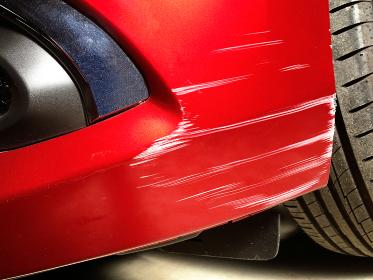 自損事故によるフロントバンパーの傷