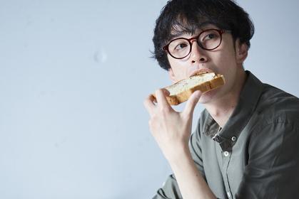 パンを食べる日本人男性