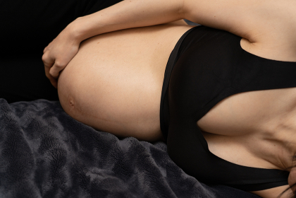 ベッドに横になる妊婦