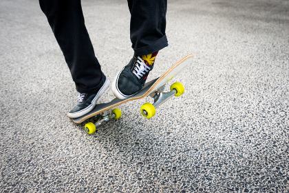 スケートボードにのる男性の足元