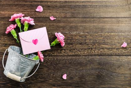 ピンクのカーネーションと母の日の手紙背景