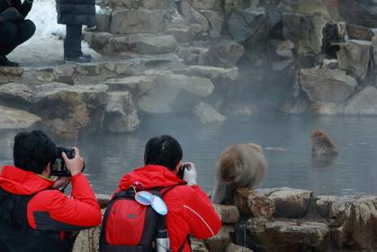 露天風呂と観光客