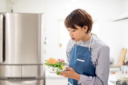 調理(料理)風景・女性・野菜