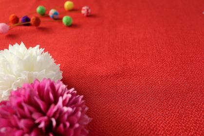 正月イメージ ちりめんで作った餅花と菊の造花 2