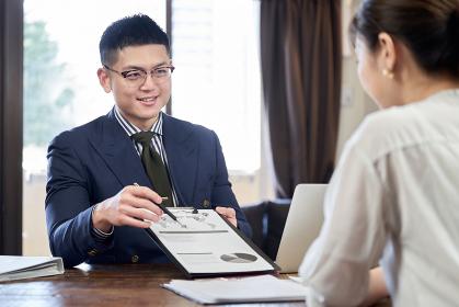 事業計画を説明するアジア人男性ビジネスマン