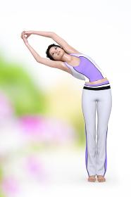 健康意識の高いスポーティーなジャージを着た女の子が筋を伸ばすストレッチをする