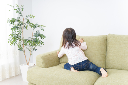 部屋で一人で遊ぶ子供