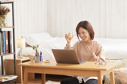 オンライン飲み会を楽しむ日本人女性